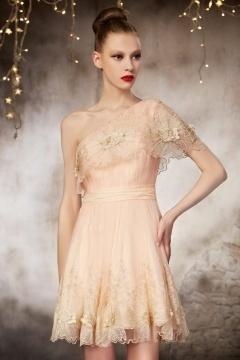Petite robe pour soirée haute couture à encolure asymétrique