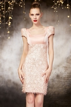 Elégante courte robe soirée rose en dentelle à dos nu