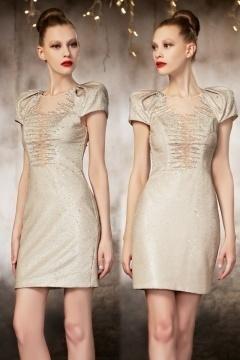 Petite robe pailletée à épaulettes élargies