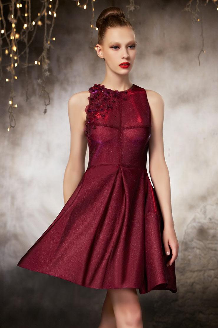 977a3813358 Brillante robe de soirée bordeaux courte ornée des plis et fleurs ...