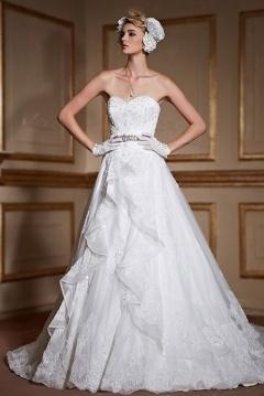 Robe de mariée bustier cœur en dentelle avec ceinture cousue de brillants à traîne cathédrale