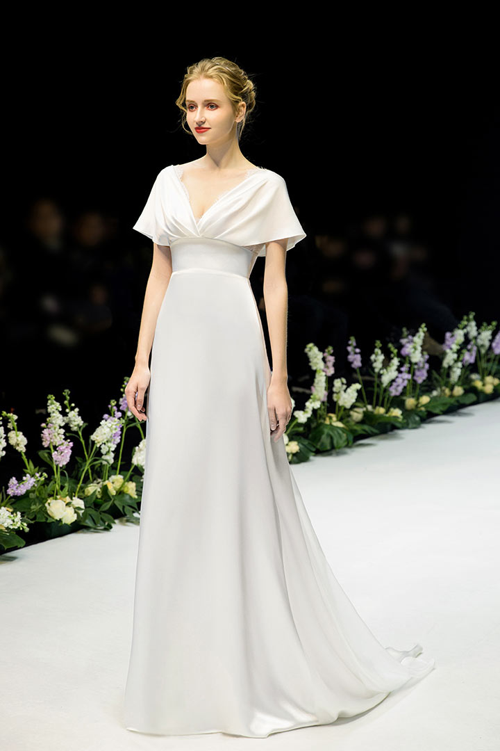robe de mariée simple empire en satin col v avec manches cape