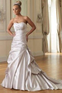 Burton upon Trent Divine Lace Sweetheart Chapel Train Wedding Dress
