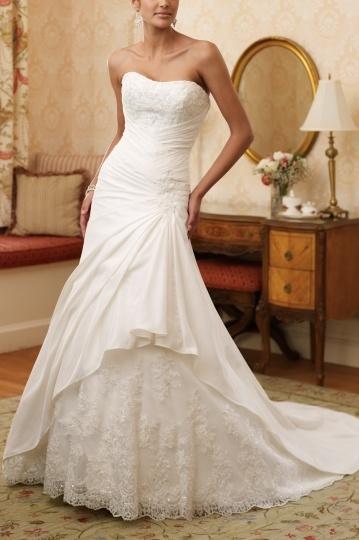 Robe de mariée décolletée en coeur à A-ligne à traîne Royale en satin en dentelle