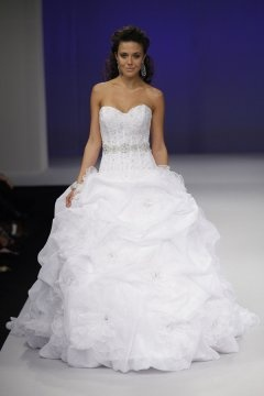 Clacton on Sea Lace Strapless Sweetheart Chapel Train Wedding Gown