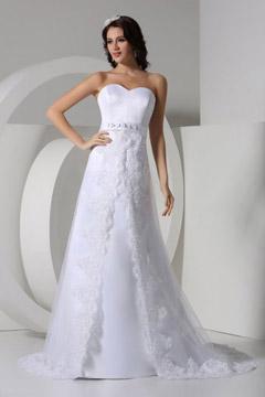 Robe de mariée décolletée en coeur empire ornée de bijoux empire vintage