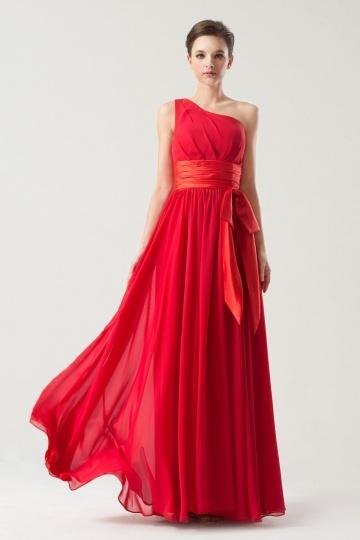 Une robe de soirée rouge longue à encolure asymétrique pour la saint valentin
