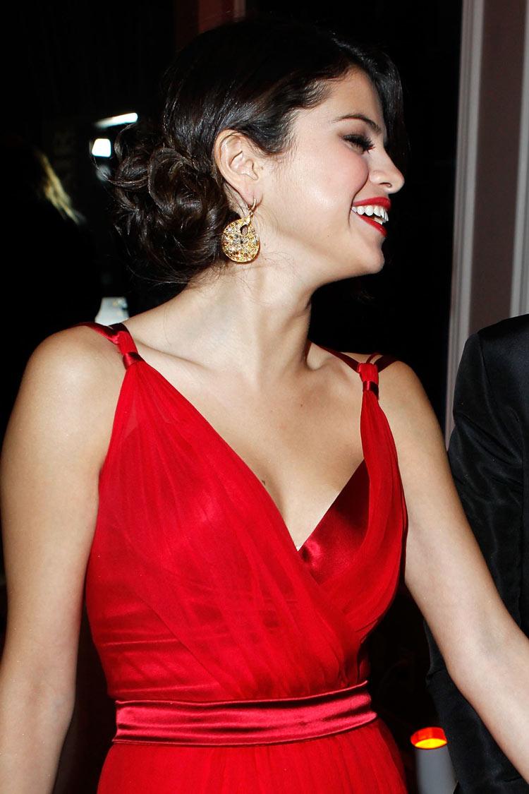 Tenue robe rouge au décolleté plongeant  Selena Gomez