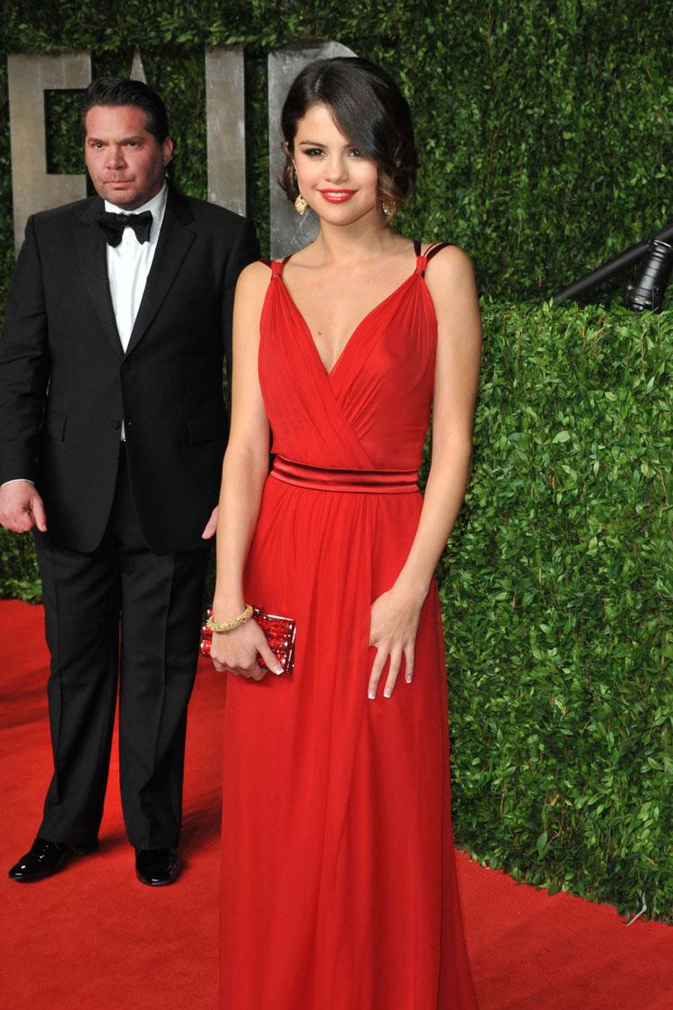 Robe soirée élégante rouge drapée de Selena Gomez