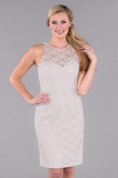Courte robe dentelle blanche moulante encolure illusion pour cocktail mariage