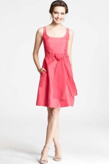 Petite robe corail encolure carrée simple pour cocktail mariage