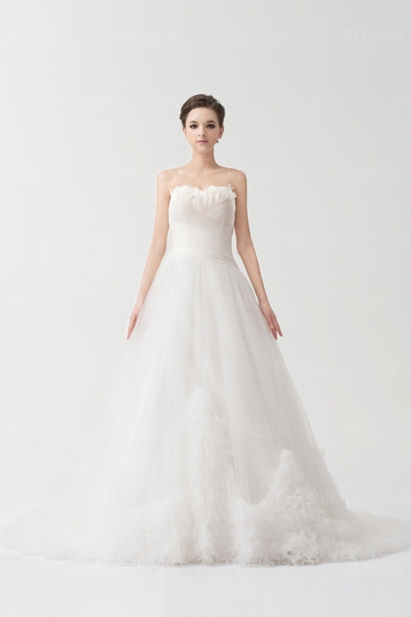 Robe de mariage blanche de mariée ruchée ornée de plumes