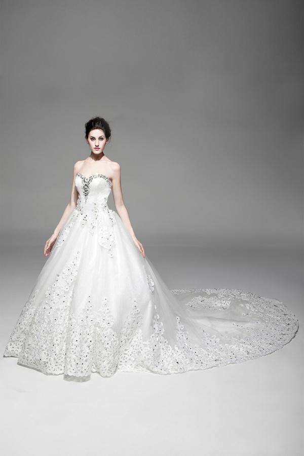 Magnifique Robe de mariée princesse 2014 à traîne Cathédrale avec strass parsemés sur dentelle à bustier coeur