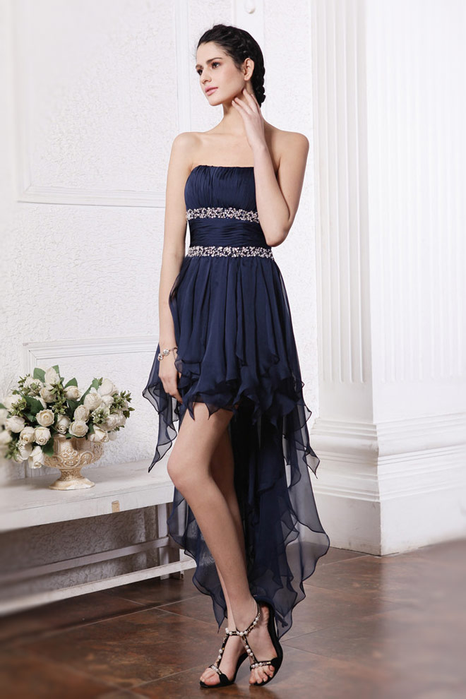 high-low-traegerloses-blaues-cocktailkleider-aus-chiffon