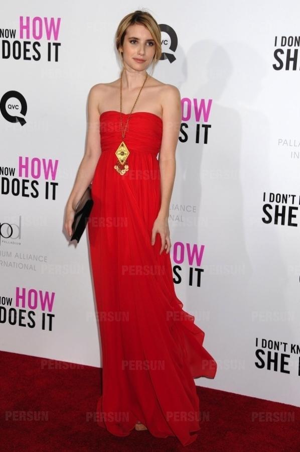 Emma Roberts en robe rouge à bustier cœur