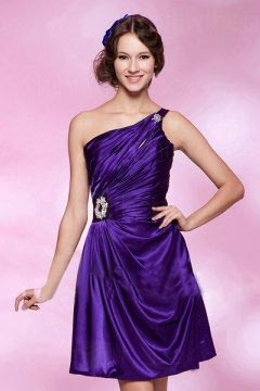 Robe courte violette seule épaule ruchée bijoux
