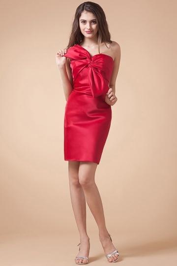Vestido vermelho de cocktail com gravata borboleta em cetim
