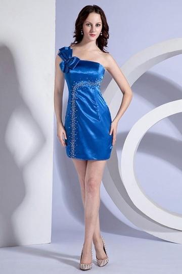 Vestido azul de cocktail adornado de strass um ombro