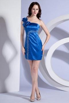 Robe bleue de cocktail ornée de strass à seule épaule