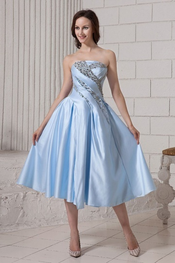 Vestido de cocktail azul decorado de strass linha A