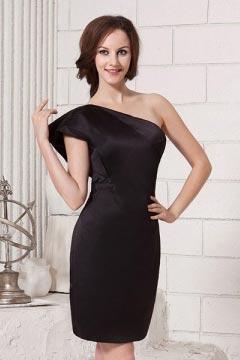 Petite robe noire enveloppe à seule épaule