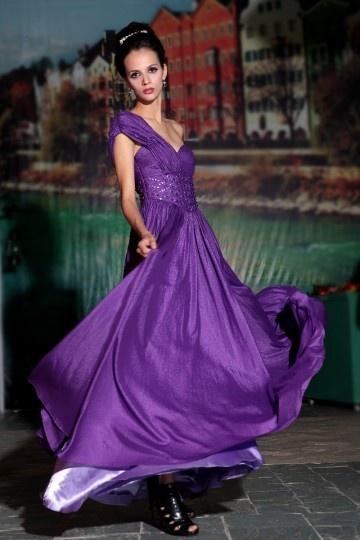 Robe de bal longue violette à seule épaule ruchée ornée de strass