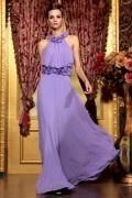 Robe violette chic bretelle autour du cou ornée de rose