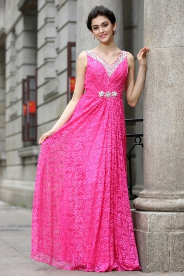 Vestido de renda vermelho com decote em V longo de jóias