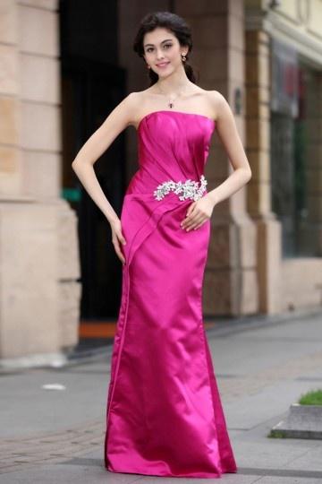 Vestido longo bustiê tomara que caia em cetim decorado de jóias