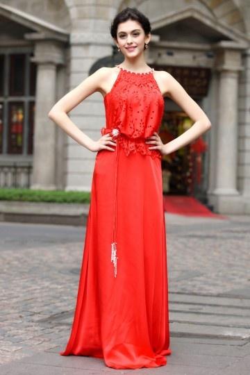 Robe chic rouge au corsage aux motifs dentelles