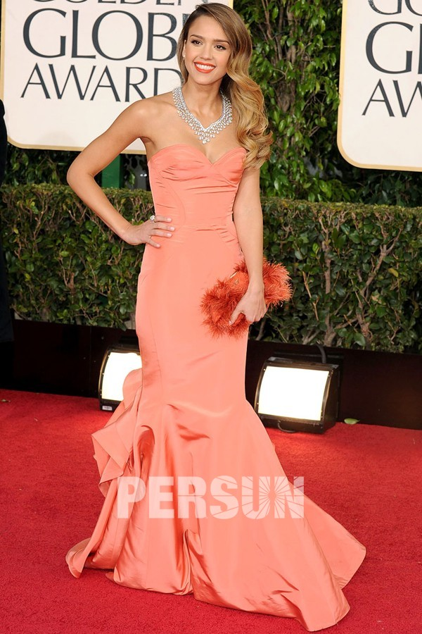 Jessica Alba porte une robe bustier de couleur orange sur le tapis rouge de Golden Globe Awards
