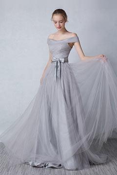 Robe de soirée longue grise avec épaule dénudée ornée d'un nœud papillon