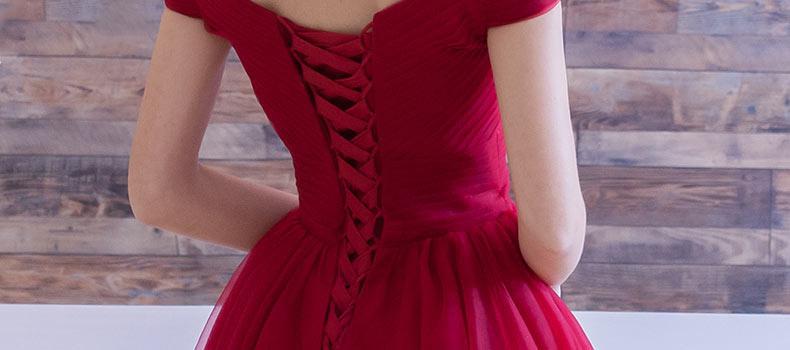 Petite robe rouge rétro plissée empire épaule dégagée laçage dos