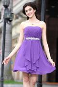 Robe courte violette bustier Empire parée de bijoux