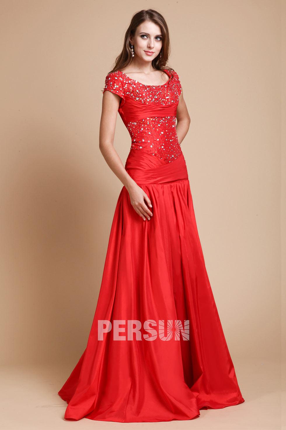 robe soir e longue rouge encolure ovale appliqu e des paillettes. Black Bedroom Furniture Sets. Home Design Ideas