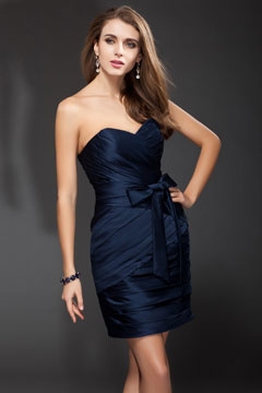 Petite robe bleu courte pour cocktail décolleté en cœur ornée de nœud papillon