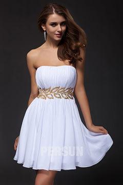 Petite robe blanche bustier courte ornée de bijoux en forme de feuille