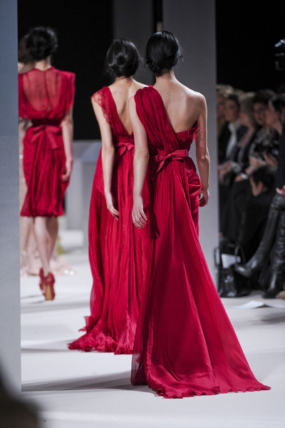 Robe soirée longue Zhang Zilin épaule asymétrique avec ouverture latérale