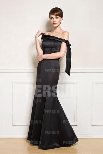 Vestido de noite preto decote assimétrico em cetim