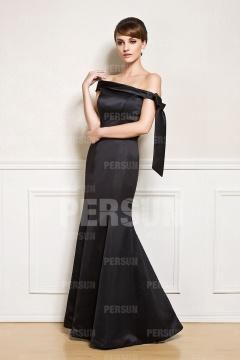 Robe de soirée noire encolure asymétrique en satin