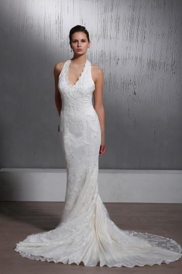 junoesque vestido de novia de encaje con escote halter cola capilla