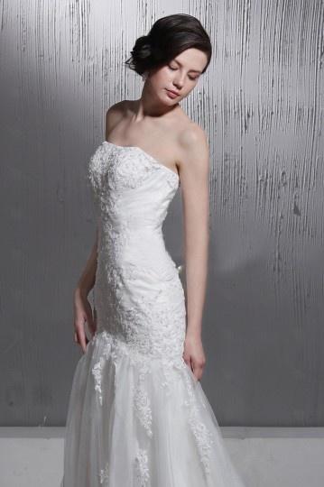 Vestido de noiva bustiê linha A decote em coração cauda capela bordado