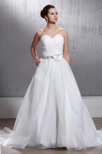 Vestido de noiva clássico decote em coração cauda curto com flor no peito