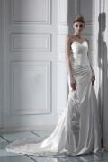 Vestido de noiva decote em coração à linha A cauda capela pregueado