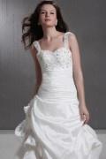 Vestido de noiva linha A com alça cauda capela