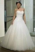 Vestido de noiva em Tule bordado linha-A branco decote em coração decorado de jóias