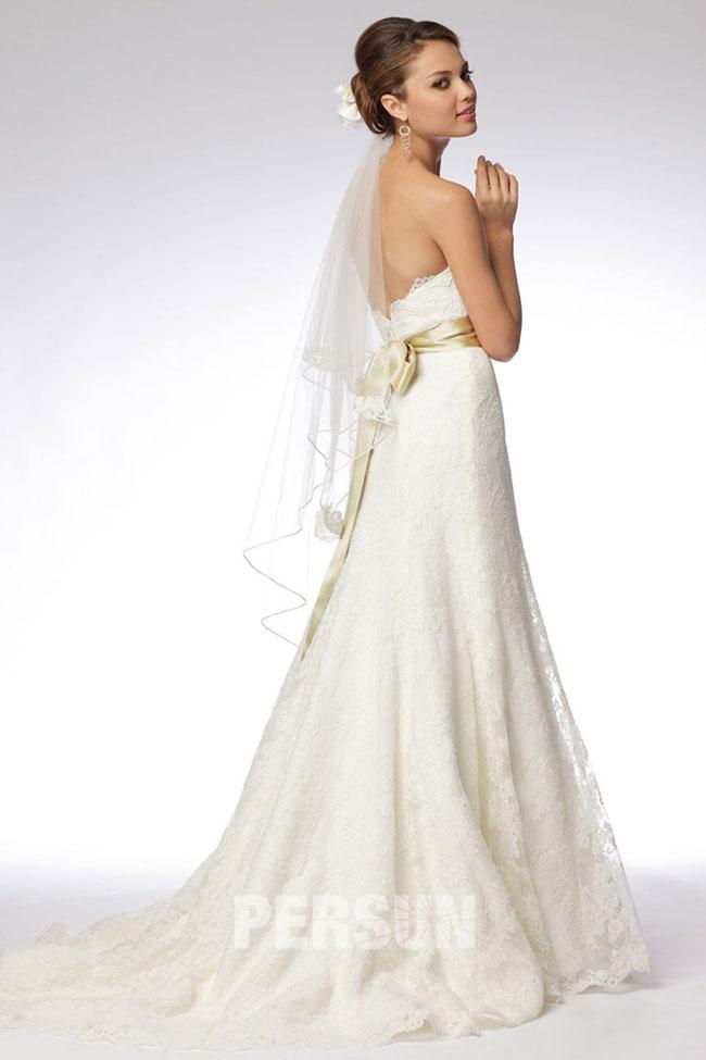 Robe de mariage dotée d'une ceinture dorée
