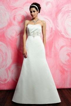 Robe de mariée Ligne A bustier coeur ruchée en satin blanc ornée de bijoux