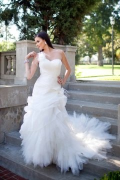 Chic One Shoulder Ruffles Tulle Sweetheart Ivory Wedding Dress