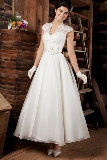 Robe de mariée simple dans l'accord avec la décoration de la salle style vintage